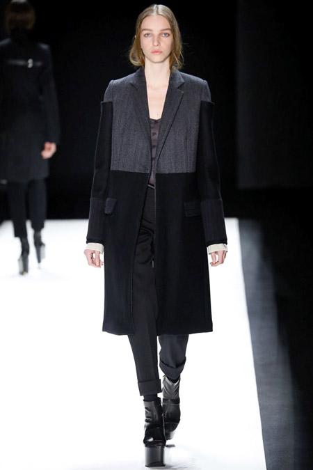 Модель в прямом черно сером пальто от Vera Wang - модные пальто осень 2016, зима 2017