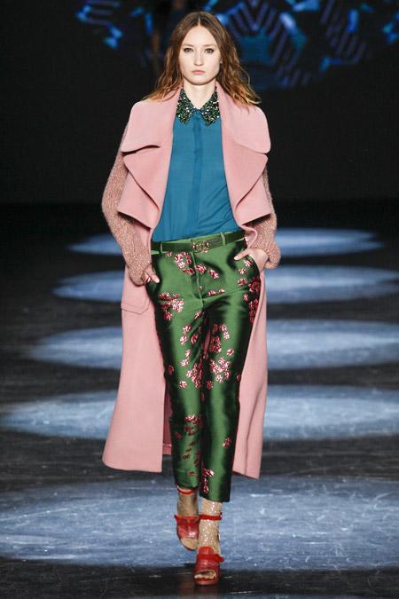 Модель в розовом пальто с вязанными рукавами от Monique Lhuillier - модные пальто осень 2016, зима 2017
