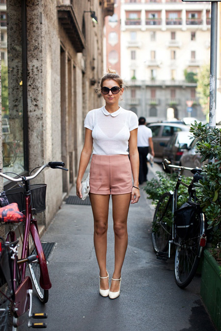 Модель в розовых шортах с завышенной талией, белая футболка и белые туфли