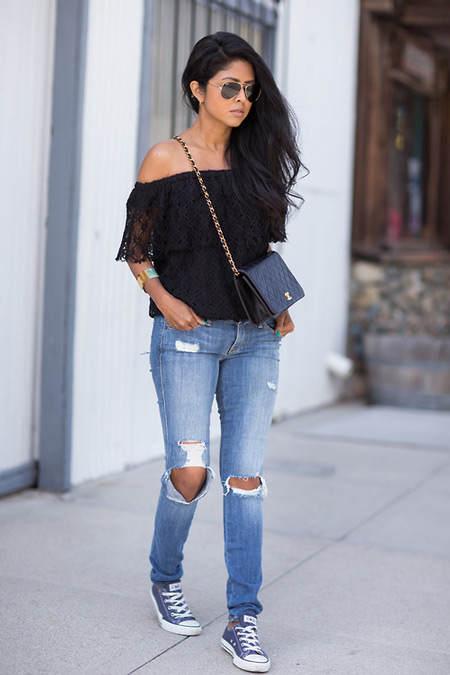 Модель в рваных джинсах, кружевной топ и джинсовые кеды