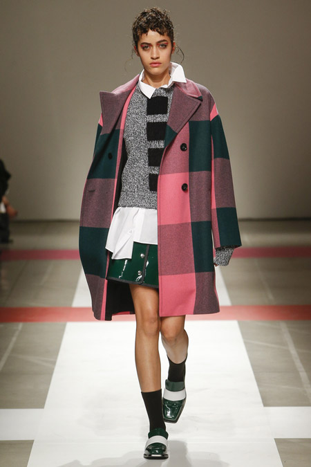 Модель в серо розовом пальто выше колен от Iceberg - модные пальто осень 2016, зима 2017