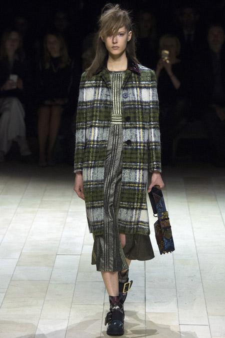 Модель в серо зеленом драповом пальто от Burberry - модные пальто осень 2016, зима 2017