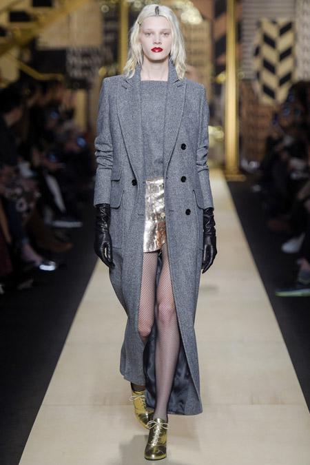 Модель в сером длинном пальто от Max Mara - модные пальто осень 2016, зима 2017