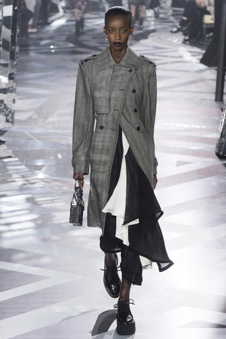 Модель в сером пальто ниже колен от Louis Vuitton - модные пальто осень 2016, зима 2017