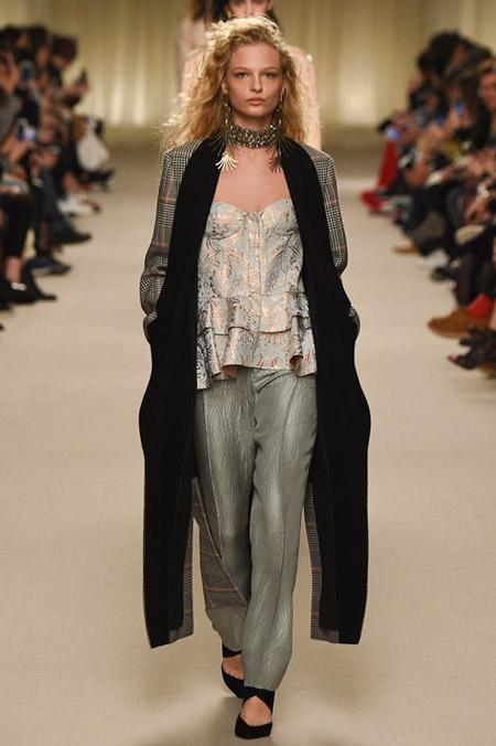 Модель в сером пальто с черным подкладом от Lanvin - модные пальто осень 2016, зима 2017