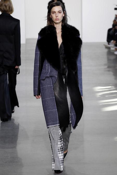 Модель в сером пальто с меховым воротником ниже колен от Calvin Klein - модные пальто осень 2016, зима 2017
