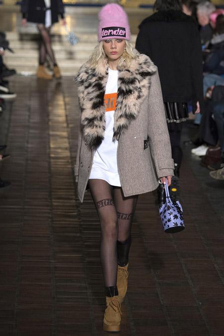 Модель в сером пальто с меховым воротником от Alexander Wang - модные пальто осень 2016, зима 2017