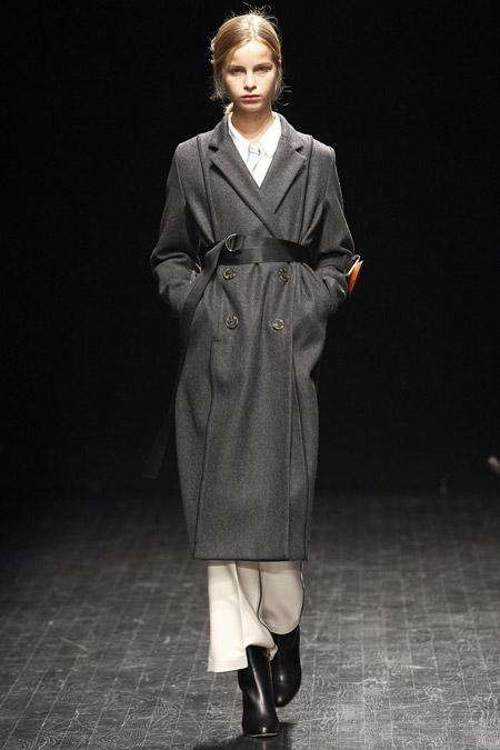 Модель в сером пальто с поясом ниже колен от AltewaiSaome - модные пальто осень 2016, зима 2017
