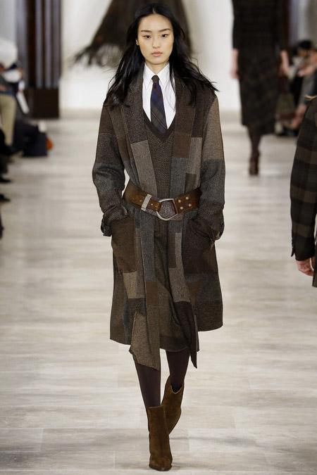 Модель в сером пальто с поясом от Ralph Lauren - модные пальто осень 2016, зима 2017