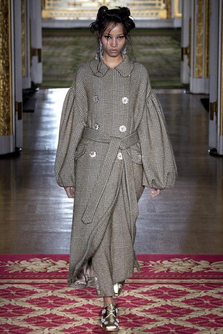 Модель в сером пальто с поясом от Simone Rocha - модные пальто осень 2016, зима 2017