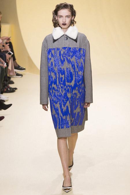 Модель в сером пальто с синими узорами и меховым воротничком от Marni - модные пальто осень 2016, зима 2017