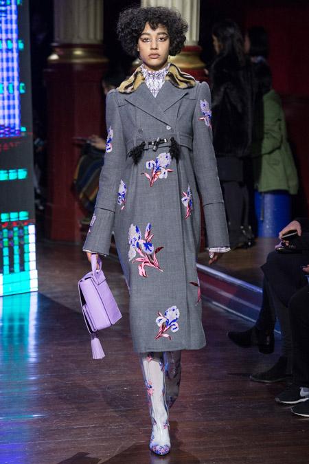 Модель в сером пальто с цветами от Kenzo - модные пальто осень 2016, зима 2017