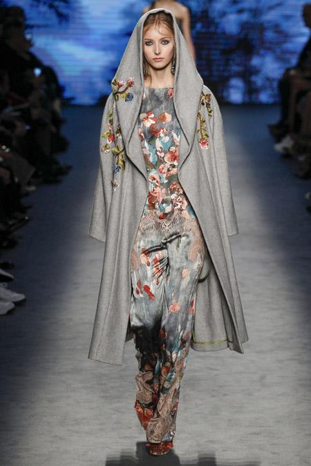 Модель в сером пальто с цветочной вышивкой ниже колен от Alberta Ferretti - модные пальто осень 2016, зима 2017
