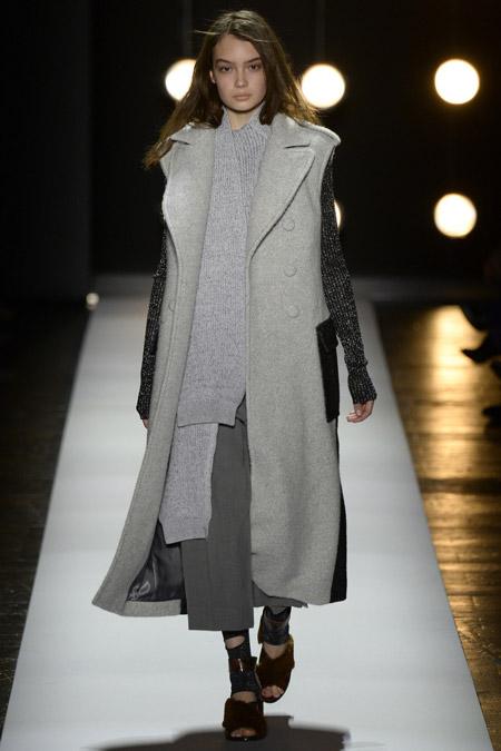 Модель в сером пальто с вязаными рукавами от BCBG Max Azria - модные пальто осень 2016, зима 2017