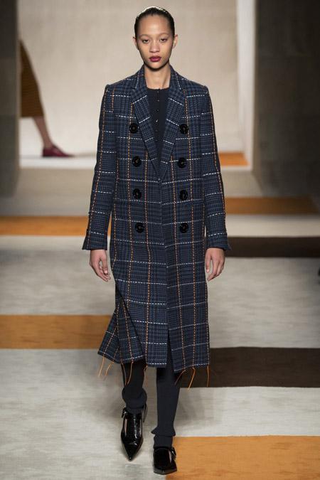 Модель в сером пальто в клетку ниже колен от Victoria Beckham - модные пальто осень 2016, зима 2017