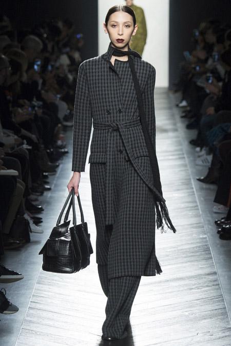 Модель в сером пальто в клетку с поясом от Bottega Veneta - модные пальто осень 2016, зима 2017