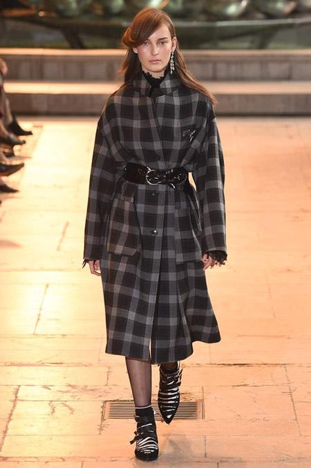 Модель в сером пальто в клетку с поясом от Isabel Marant - модные пальто осень 2016, зима 2017