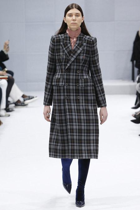 Модель в сером пальто в клеточку ниже колен от Balenciaga - модные пальто осень 2016, зима 2017
