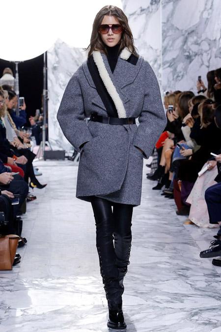 Модель в сером платье выше колен от Carven - модные пальто осень 2016, зима 2017