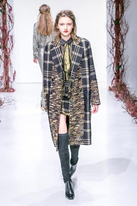 Модель в сером стеганном пальто от Rachel Zoe - модные пальто осень 2016, зима 2017