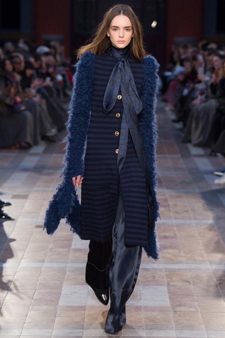 Модель в сине черном полосатом пальто ниже колен от Sonia Rykiel - модные пальто осень 2016, зима 2017