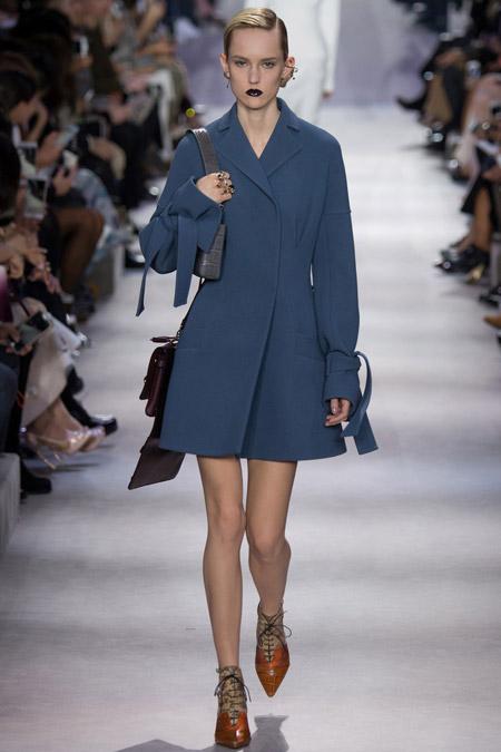 Модель в синем пальто клеш от Christian Dior - модные пальто осень 2016, зима 2017