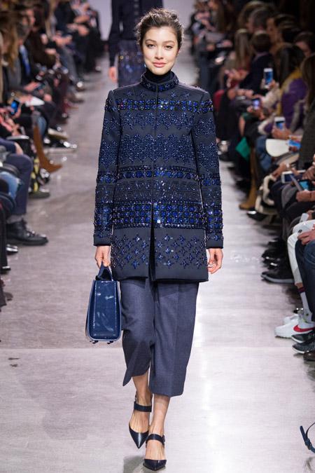 Модель в синем пальто с блестками от Zac Posen - модные пальто осень 2016, зима 2017