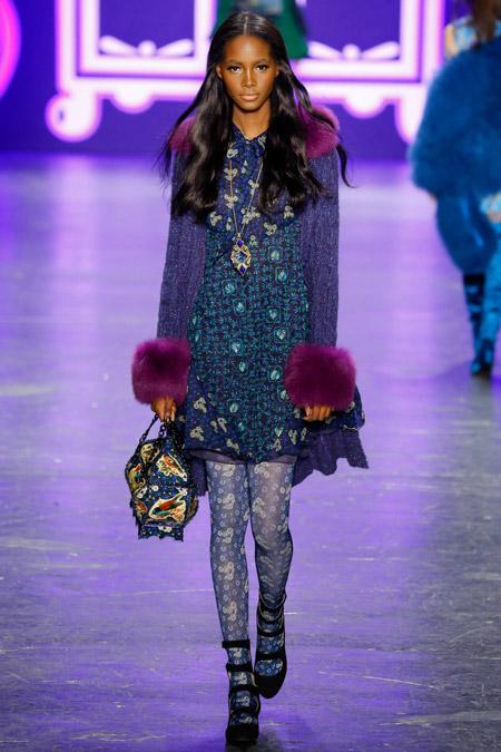 Модель в синем пальто с фиолетовыми манжетами от Anna Sui - модные пальто осень 2016, зима 2017