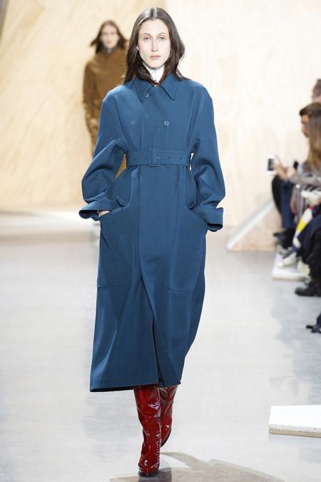 Модель в синем пальто с поясом ниже колен от Lacoste - модные пальто осень 2016, зима 2017