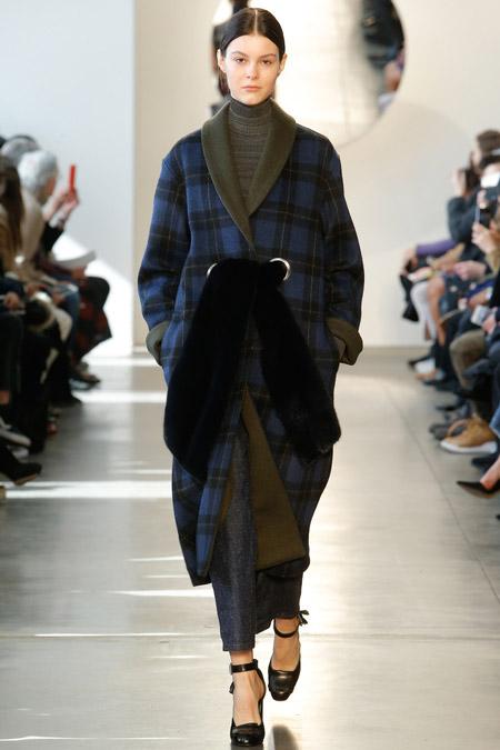 Модель в синем пальто в клетку с поясом от Suno - модные пальто осень 2016, зима 2017