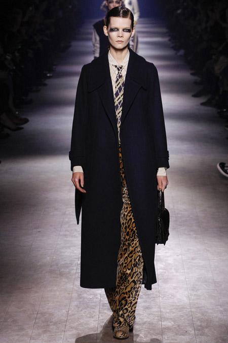 Модель в строгом черном пальто от Dries Van Noten - модные пальто осень 2016, зима 2017