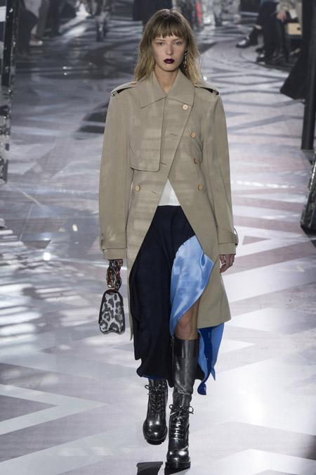 Модель в светло сером пальто ниже колен от Louis Vuitton - модные пальто осень 2016, зима 2017