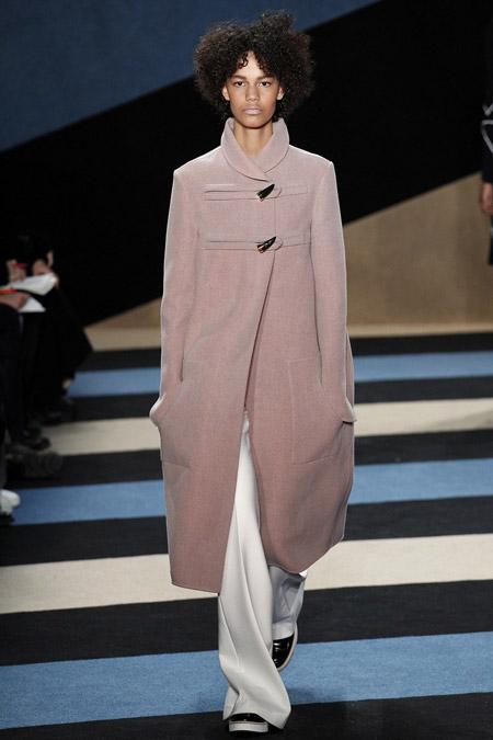 Модель в светлом пальто ниже колен от Derek Lam - модные пальто осень 2016, зима 2017