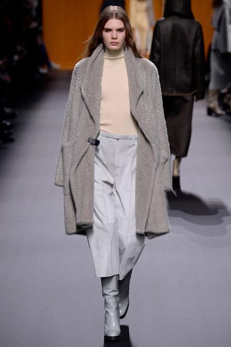 Модель в светлом пальто от Hermes - модные пальто осень 2016, зима 2017