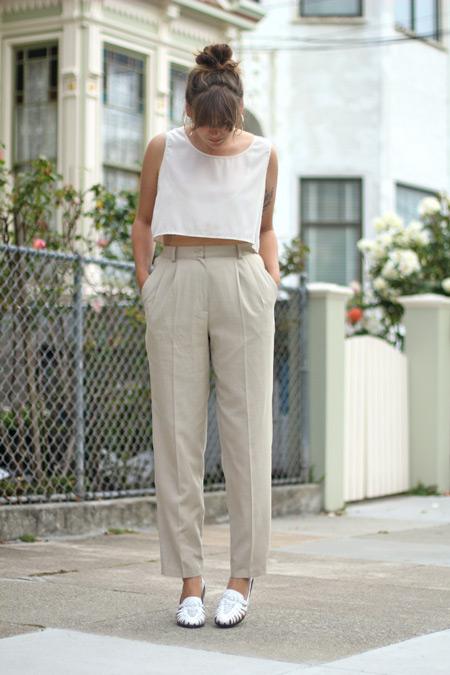 Модель в светлых брюках со стрелками, белый кроп топ и мокасины