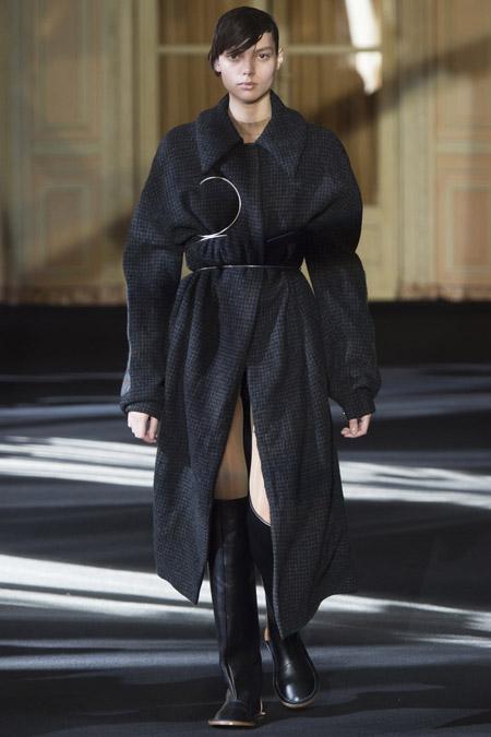 Модель в темно сером пальто ниже колен от Acne Studios - модные пальто осень 2016, зима 2017