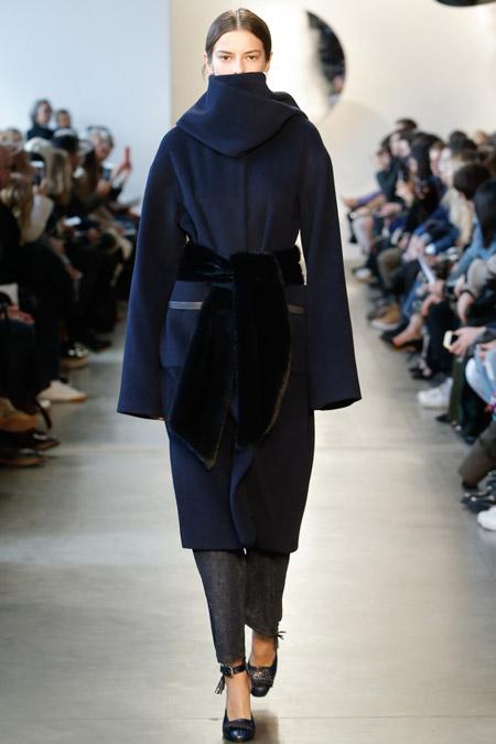 Модель в темно синем пальто с поясом от Suno - модные пальто осень 2016, зима 2017