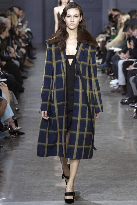 Модель в темно синем пальто в клетку ниже колен от Jason Wu - модные пальто осень 2016, зима 2017