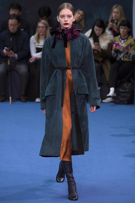 Модель в темно зеленом пальто с поясом от Roksanda - модные пальто осень 2016, зима 2017