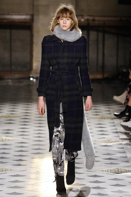 Модель в темном пальто в клетку ниже колен от Vetements - модные пальто осень 2016, зима 2017