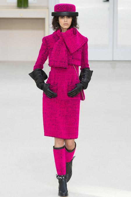 Модель в ярко розовом приталенном пальто от Chanel - модные пальто осень 2016, зима 2017