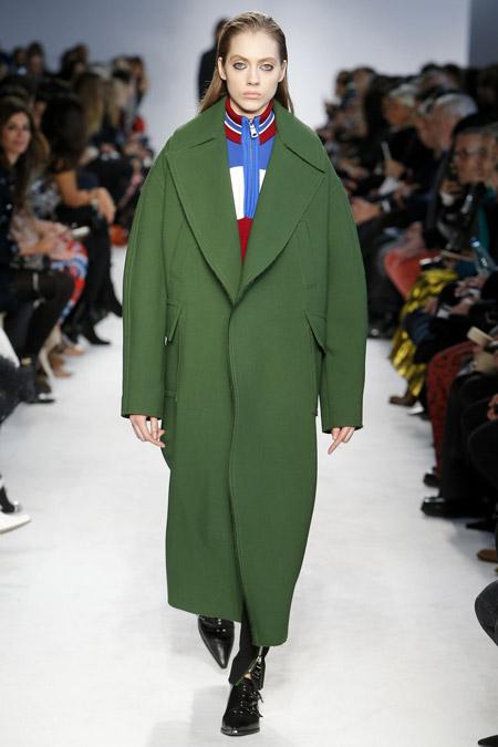 Модель в зеленом блинном пальто от Emilio Pucci - модные пальто осень 2016, зима 2017