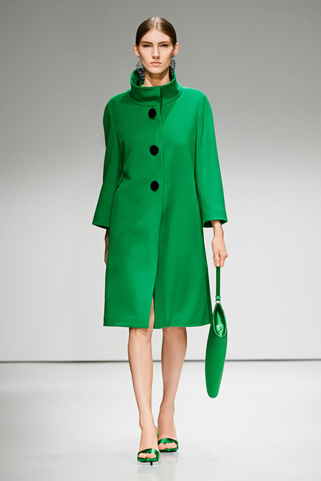 Модель в зеленом пальто ниже колен от Escada - модные пальто осень 2016, зима 2017