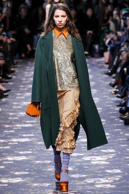 Модель в зеленом пальто ниже колен от Rochas - модные пальто осень 2016, зима 2017