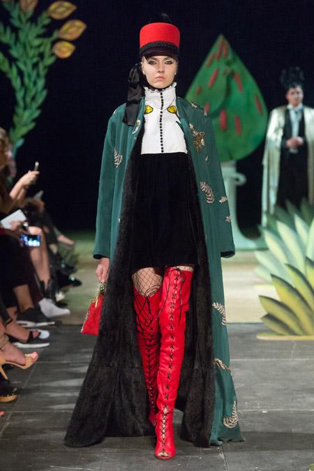 Модель в зеленом пальто в пол от Alexander Arutyunov - модные пальто осень 2016, зима 2017