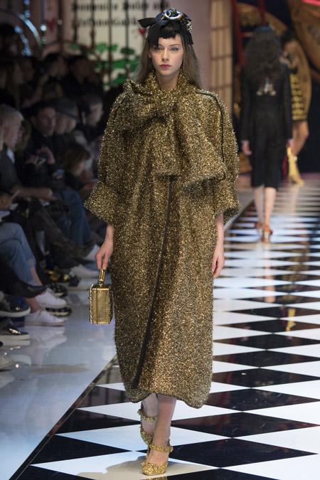 Модель в золотом длинном пальто от Dolce & Gabbana - модные пальто осень 2016, зима 2017