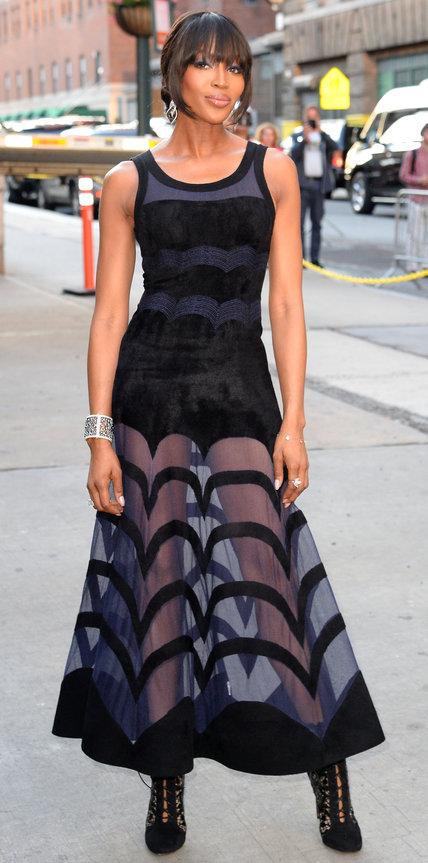 Наоми Кэмпбелл в длинном черном платье с прозрачной юбкой и ботильонах
