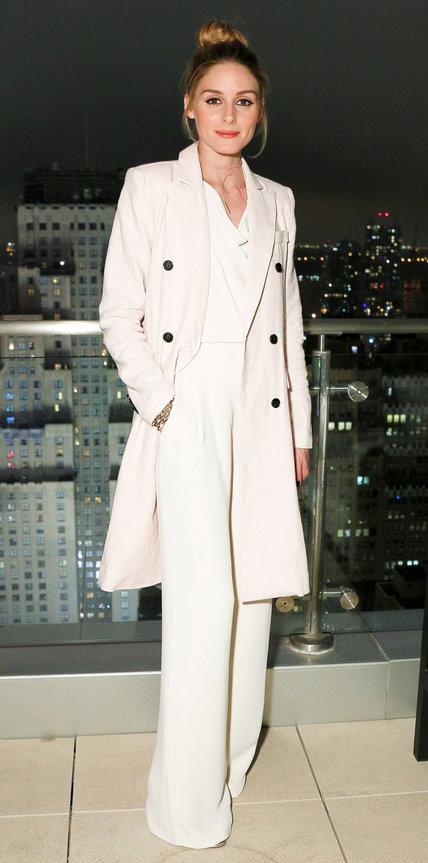Оливия Палермо в широких белых брюках, блузке и бледно розовом пальто