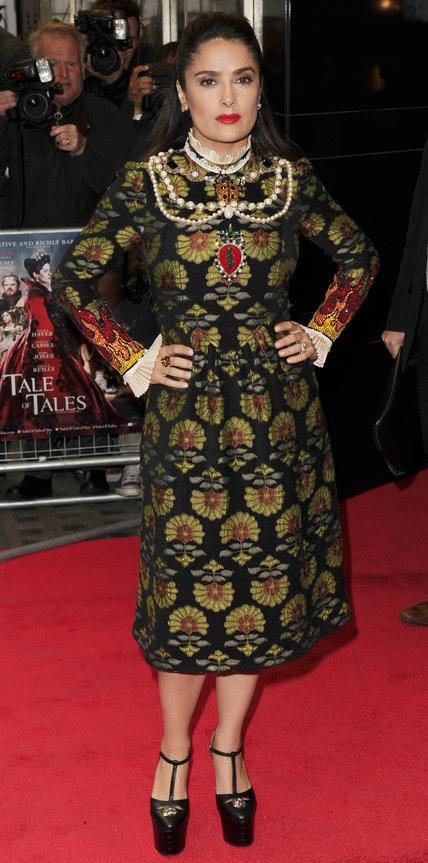Сальма Хайек в сказочно росшитом платье и туфлях на высокой подошве