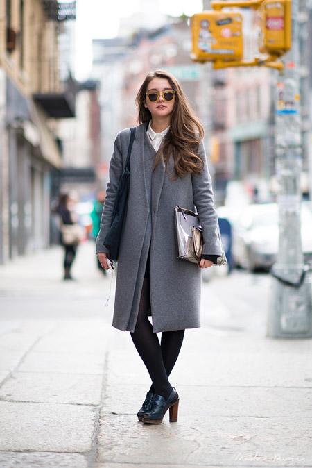 Девушка с клатчем и в пальто